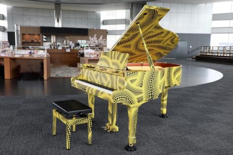 草間彌生によって装飾されたピアノ
